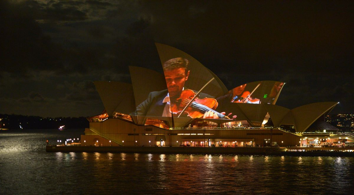 Sydney opera house projects live orchestra on its sails for Orchestra house