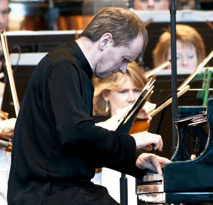 Steven Osborne performing Britten's Piano Concerto with Carlos Kalmar and the Grant Park Orchestra. Photo: Norman U. Timonera