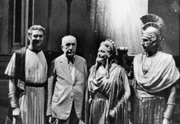 1944: After the inofficial premiere (public dress rehearsal) of Die Liebe der Danae, from left to right: Horst Taubmann (Midas), composer Richard Strauss, Viorica Ursuleac (Danae) and Hans Hotter (Jupiter).