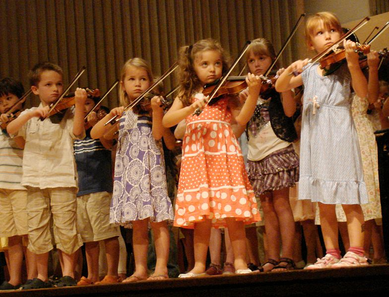 Children play violins