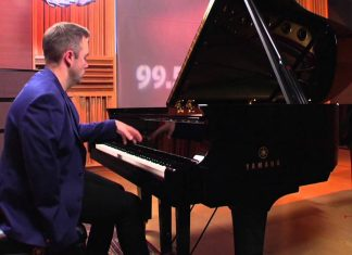 One-handed pianist shows off remarkable talent