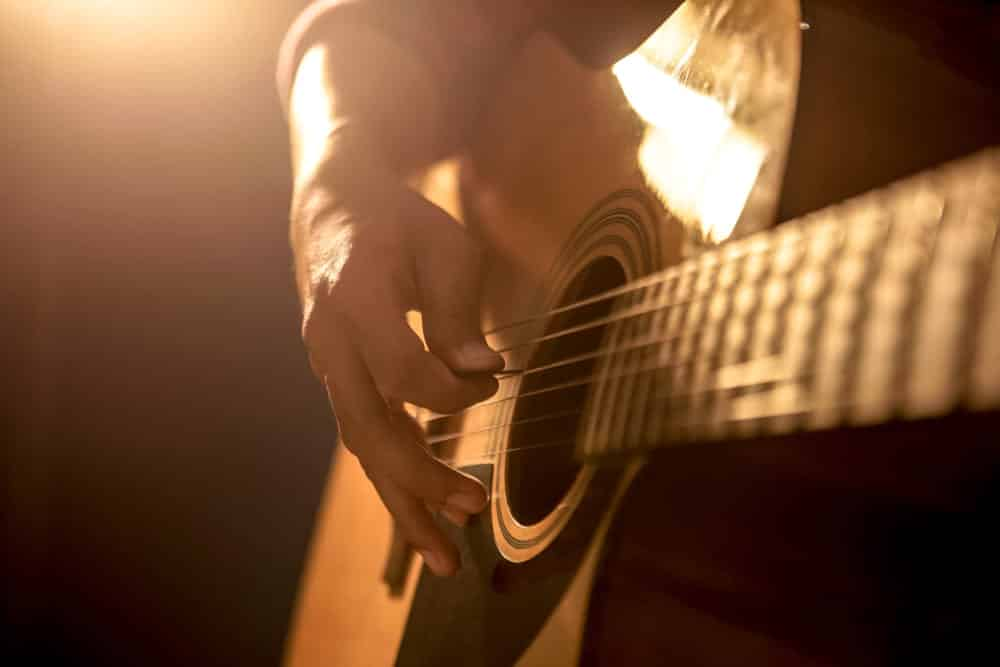 learn guitar strumming techniques lessons online